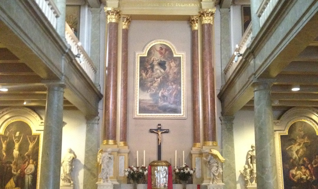 A view towards the altar of the chapel. With a glance on the two balconies that are supported by pink marble columns