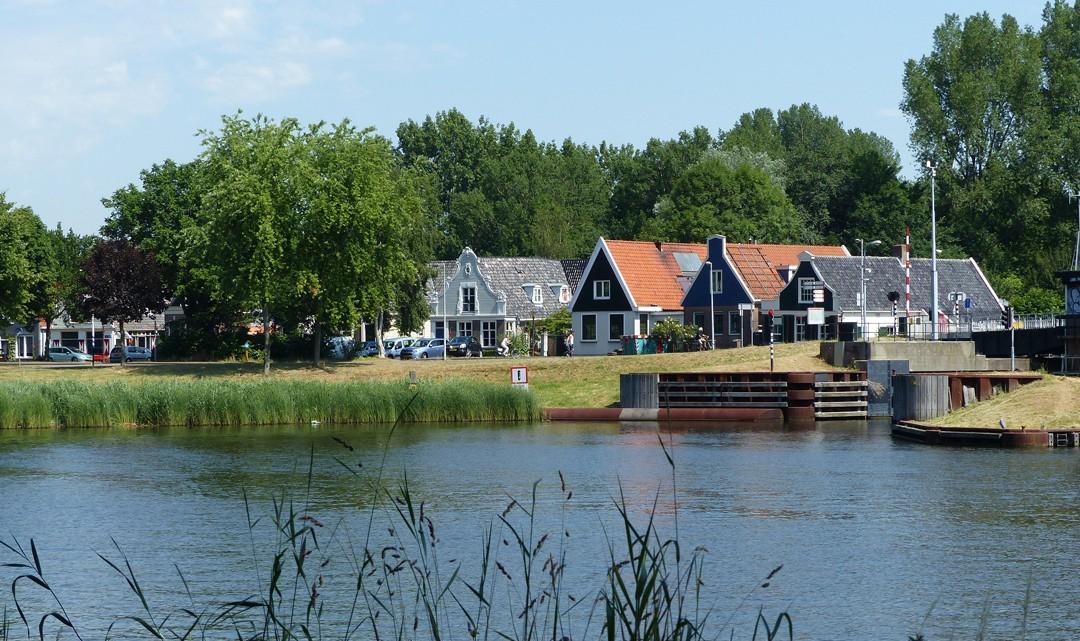 Buiksloot houses across the water