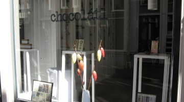 Shop window with logo of Chocolátl