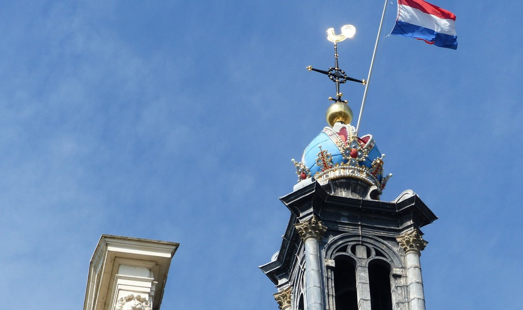 The blue Emperor's crown of the Western Tower with the Dutch flag out
