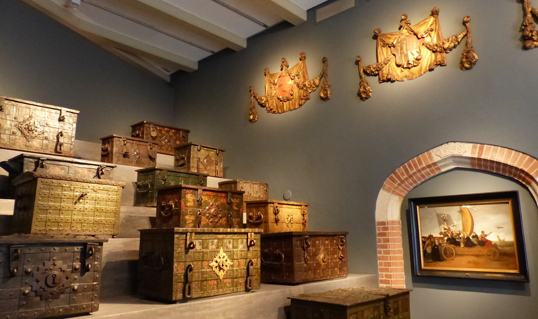 A wide variety of VOC treasure chests on display
