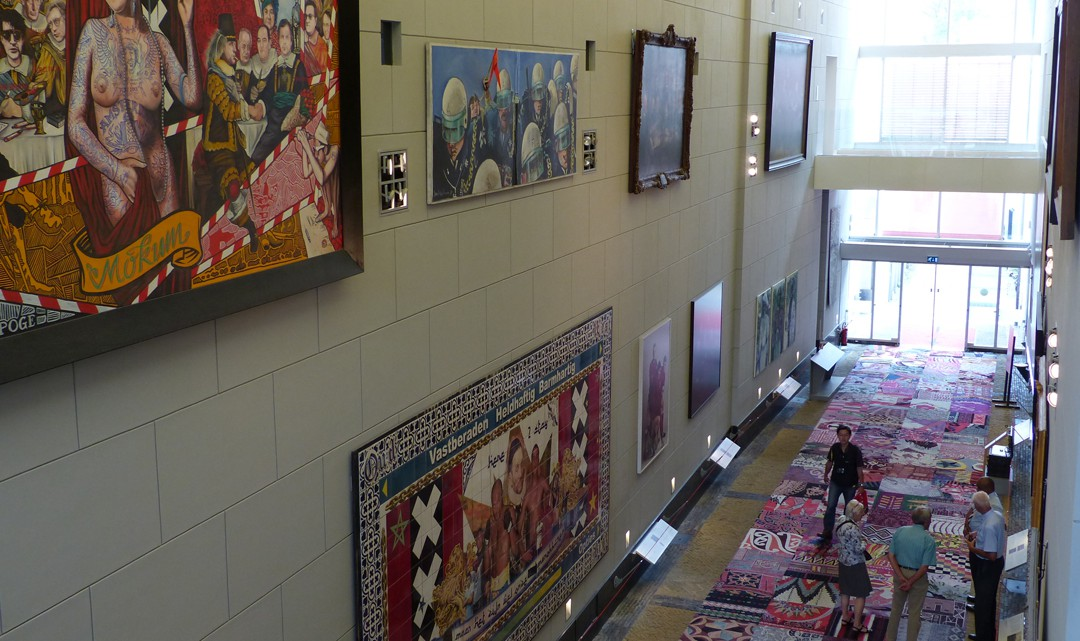 The hallway where the City Guard's gallery is located, as seen from above. On the walls various paintings and carpets